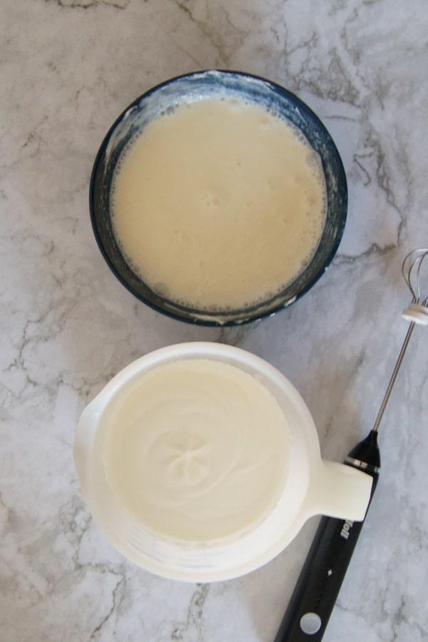 un recipiente con la mezcla de queso crema y otro con nata para montar