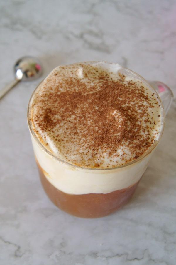 una taza de cheese tea con té negro y cacao espolvoreado