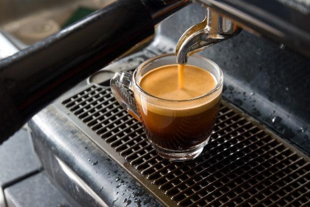 Maquína de espresso preparando una ración