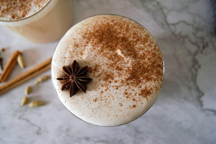 Vista cenital de un chai latte