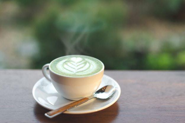 una taza blanca de té con matcha latte