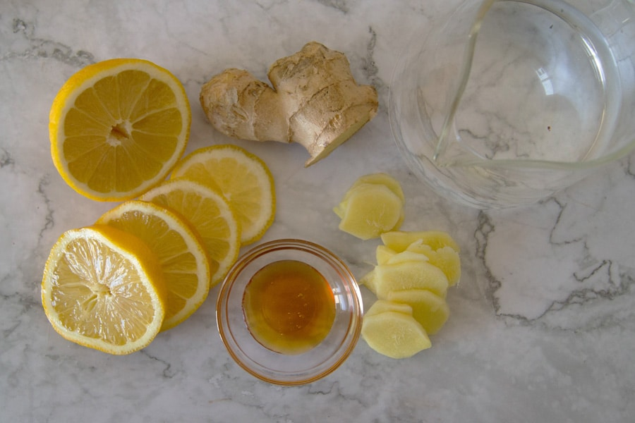 Ingredientes para preparar una infusión de jengibre, limón y miel.