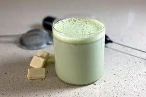 Portada de la receta de chocolate blanco caliente con té verde matcha