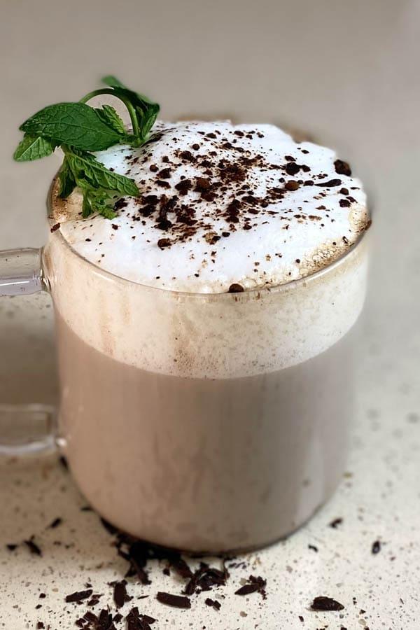 Una taza de té latte con menta y chocolate