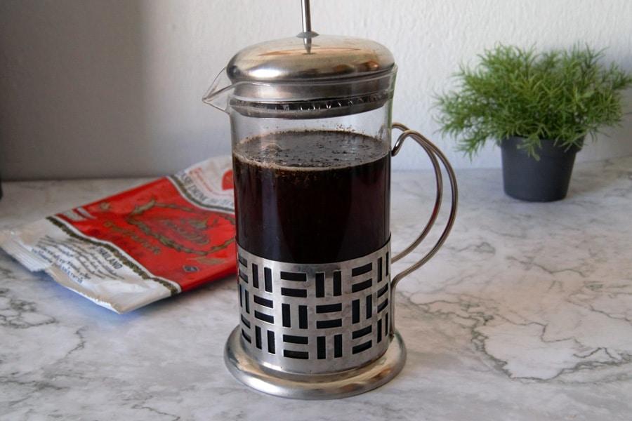 Una prensa francesa infusionando té negro thai mix