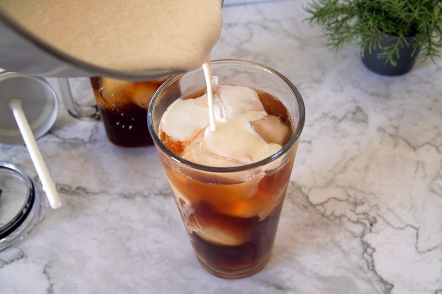 Vertiendo la leche en el thai iced tea
